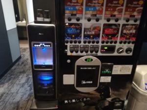 ゴリラクリニック渋谷院にある自動販売機とウォーターサーバーの写真